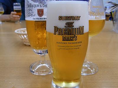 ビアグラスに注がれたプレミアムモルツ