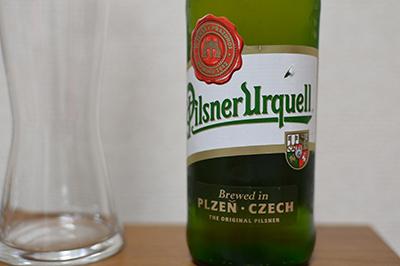 醸造所では樽から汲み出したピルスナーウルケルを試飲できる