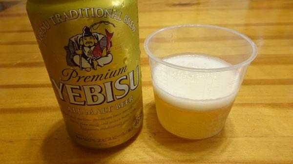 ビールをトマトジュースと同じ量入れます