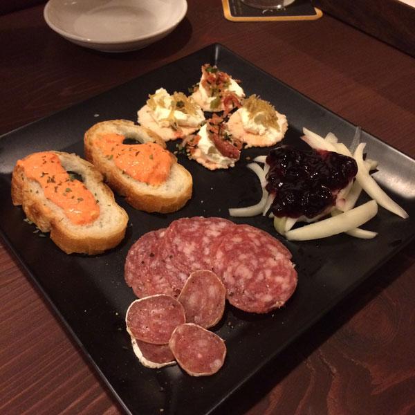サンタルヌー1品目のおつまみは「前菜の盛り合わせ」