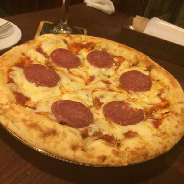サンタルヌー5品目のおつまみは「ミラノサラミのピザ アラビアータ」